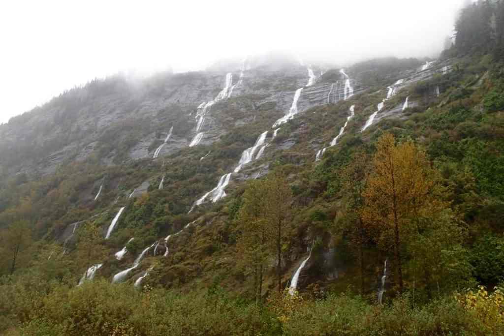 Waterval na waterval klatert naast me van de bergen af