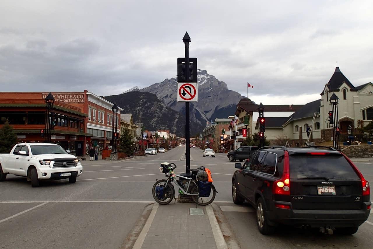 De hoofdstraat van Banff bij vertrek.