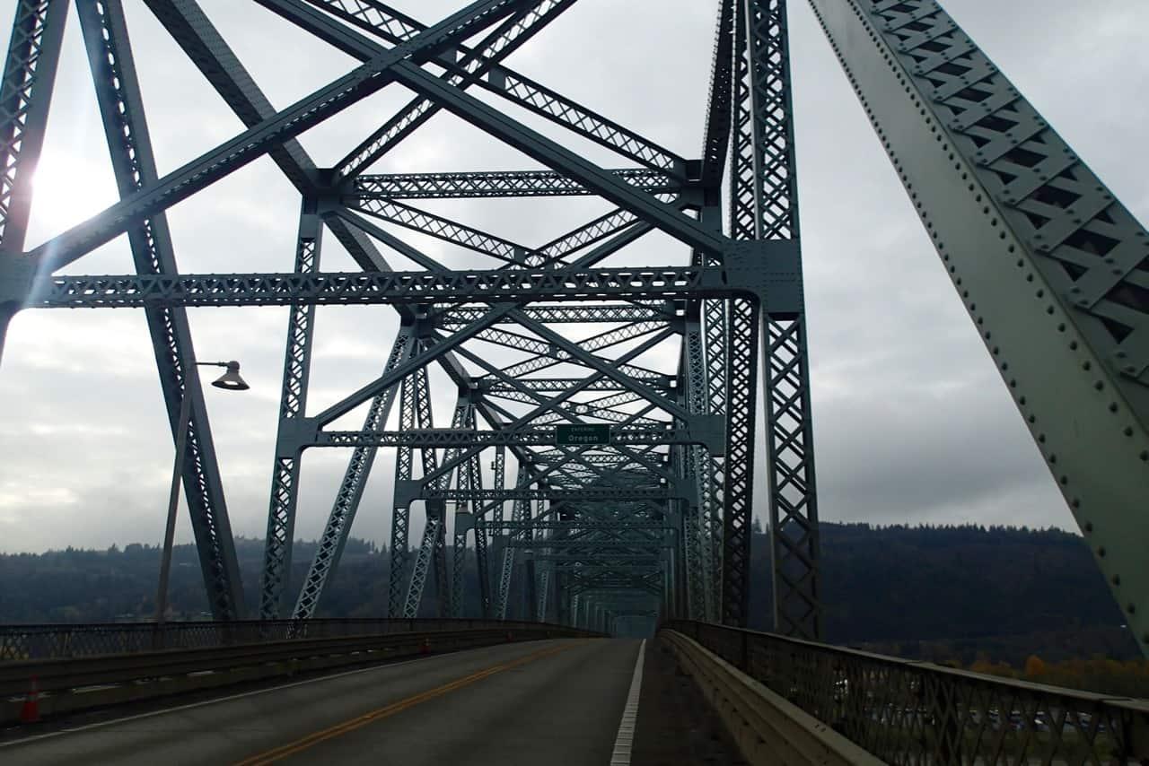 De brug over de Columbia rivier die de grens vormt tussen Washington en Oregon.