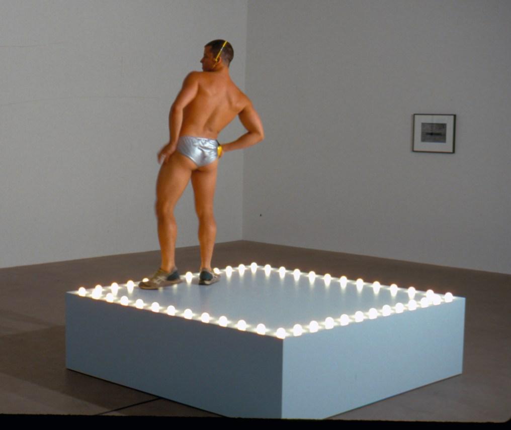 """Untitled"" (Go-Go Dancing Platform) von Felix Gonzales-Torres"