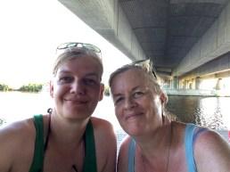 Schattensuche unter der Autobahnbrücke