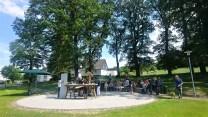 Der neu errichtete Kirchplatz in Wormbach bei der Eröffnung der Lauschpöhle.