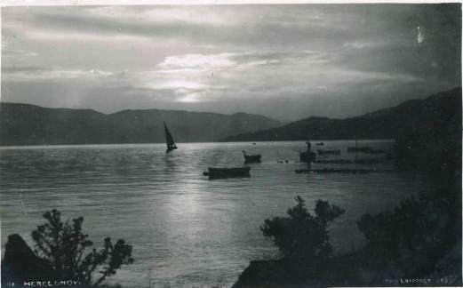 Jedrilica isplovljava iz Zelenike - dvadesetih godina 20.vijeka