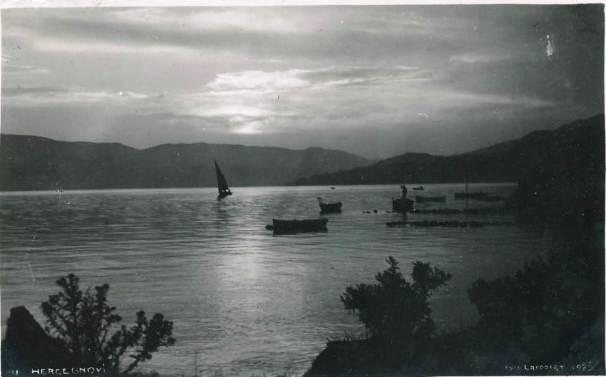 Jedrilica isplovljava iz Zelenike dvadesetih godina 20.vijeka