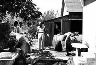 """Dr Svetozar Živojinović 1950. Godine ispred """"Terapijskog objekta"""" novoosnovanog lječilišta u Igalu"""