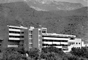 """Zgrada nekadašnje dječije bolnice, danas napušteno zdanje koje koristi Osnovna škola i NVO """"Sunčev zrak"""" za djecu sa posebnim potrebama"""