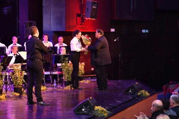 Koncert 100 godina Mjesne muzike Djenovic (9) - Milica Matovic dobija cvijece