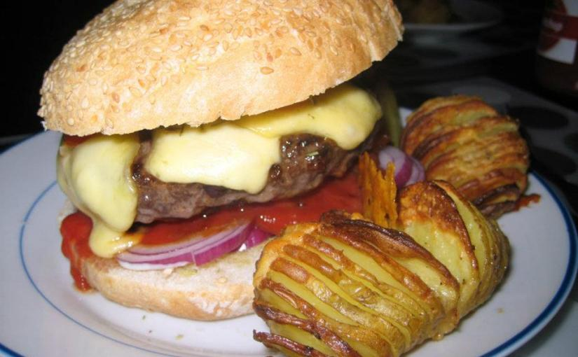 Rotwein Burger mit Rosmarin Buns und schwedischen Kartoffeln