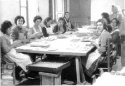 Artesanas elaborando nueces al fondant en los años 60