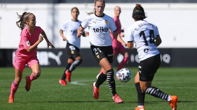 Valencia CF's Anna Torrodà controls the ball.