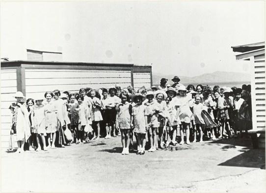 School children lined up at Petone beach after a swim, c1920s (http://bit.ly/2Djvcmz)