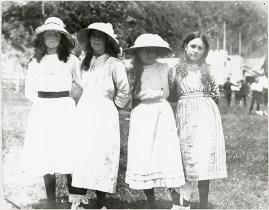 Four school girls at Days Bay, c19? (http://bit.ly/2CZV5Ys)