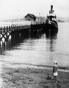 """Cobar"" Ferry at Days Bay wharf, c1930s (http://bit.ly/2CWCz3k)"