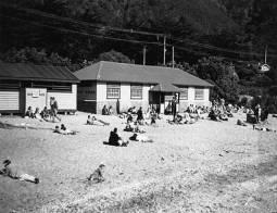 Days Bay beach & dressing sheds, c19? (http://bit.ly/2yUeYNi)