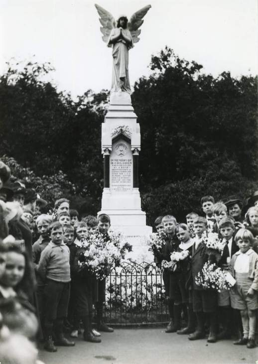 P08370 children in front of Memorial 23 June 1919 c tower hamlets local history library and archives