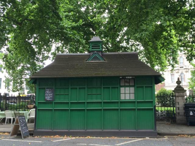 Cabbie's shelter, Grosvenor Gardens, London 1906 c Historic England