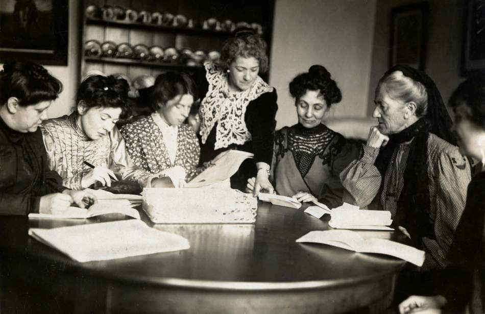 Meeting_of_Women's_Social_and_Political_Union_(WSPU)_leaders,_c.1906_-_c.1907._(22755473290) via wikipedia