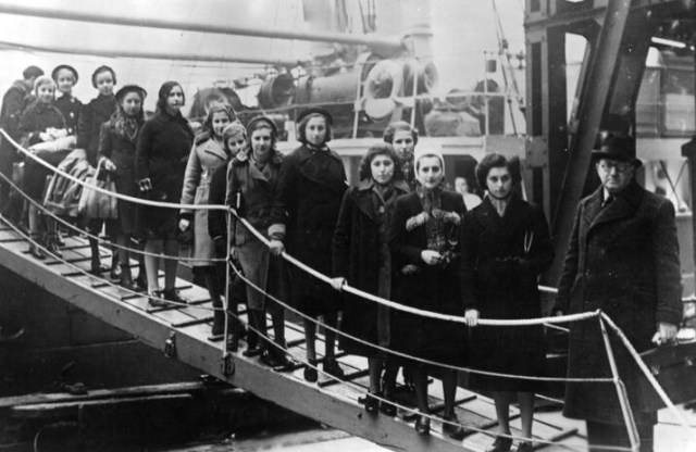 Polish Jewish child refugees disembark from their ship