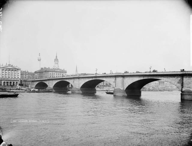 Black and white image of london bridge
