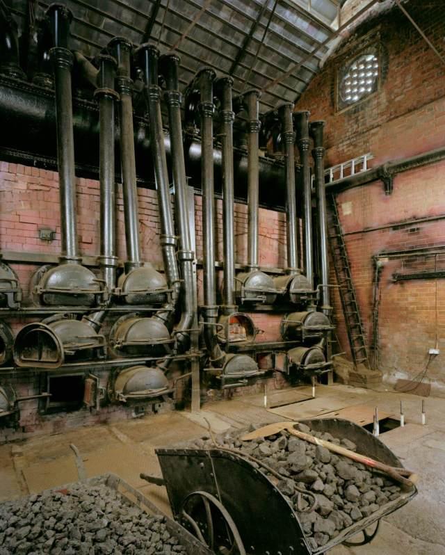 Retort house for producing coal gas