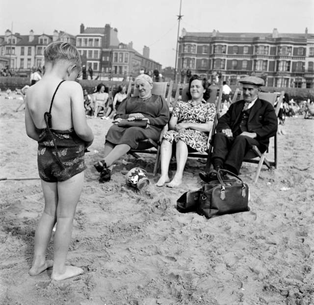 Informal portrait of holidaymakers on the beach at Blackpool, 1946-1955 © Historic England Archive. Ref: AA047919