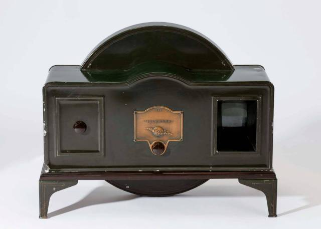 Baird 'Tin Box' televisor with its tiny screen on the right. About one thousand were sold to wealthy customers who would be able to watch Baird/BBC broadcasts between 1929 and 1935. Image in the public domain.