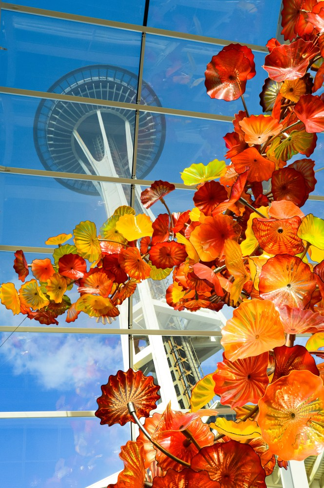 Everything you must know before visiting Seattle in Washington, USA. Restaurants, chihuly glass museum, space needle, pike place market, which neighborhood to stay in, and the best stops for your weekend getaway. | Her Life Adventures | #seattle #nationalpark #usadestinations #washington #hikes #thingstodo #roadtrip #lodging #itinerary #guide