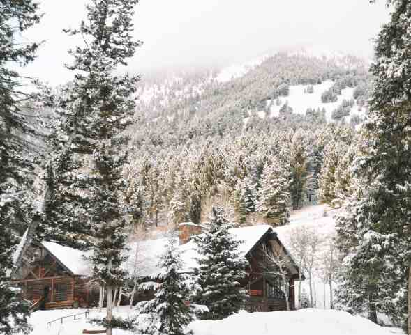 Winter Snow Covered Cabin Montana The adventure guide to Big Sky Montana in the winter. | herlifeadventures.blog | #traveldestinations #travelideas #northamericatravel #traveltips #usdestinations #travelhacks #travelguide #adventuretravel #roadtrip #bigsky #montana #adventureguide #winteractivities #wintertravel