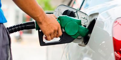 imagen echando carburante en un coche