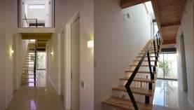 中央の鉄骨階段