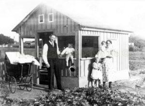 """Friedrich Schrage mit seiner Familie im Schrebergarten """"Eigene Scholle"""", um 1936, Foto Bildarchiv Herne"""