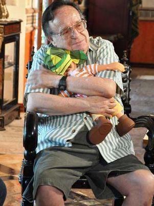 Roberto Gomes Bolaños abraçando o chaves boneco
