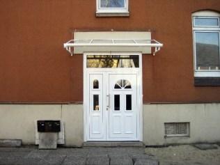 Hausfassade nach Einbau der Tür