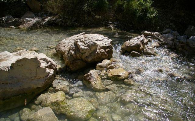 La Nesque, petite rivière qui s'écoule au milieu des rochers