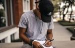 Porter la casquette baseball en mode urbain chic et stylé