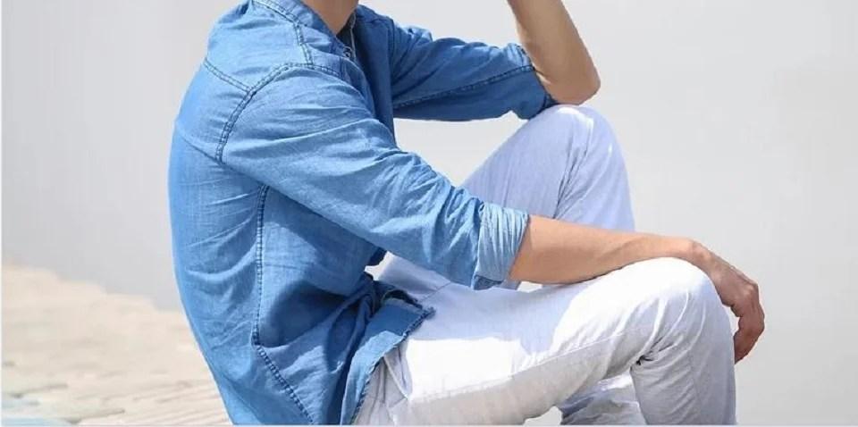 Pantalon blanc homme et chemise en jean