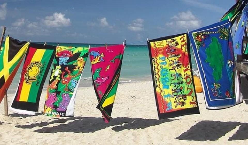 Drap de plage et soleil pour été réussi