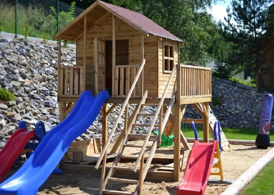 aire de jeux en extérieur pour des enfants heureux