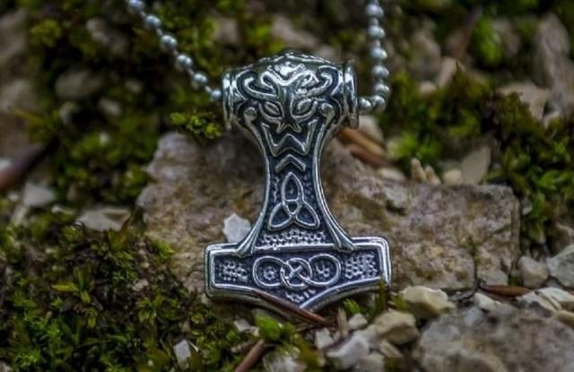 Pendentif nordique symbole de force et de protection