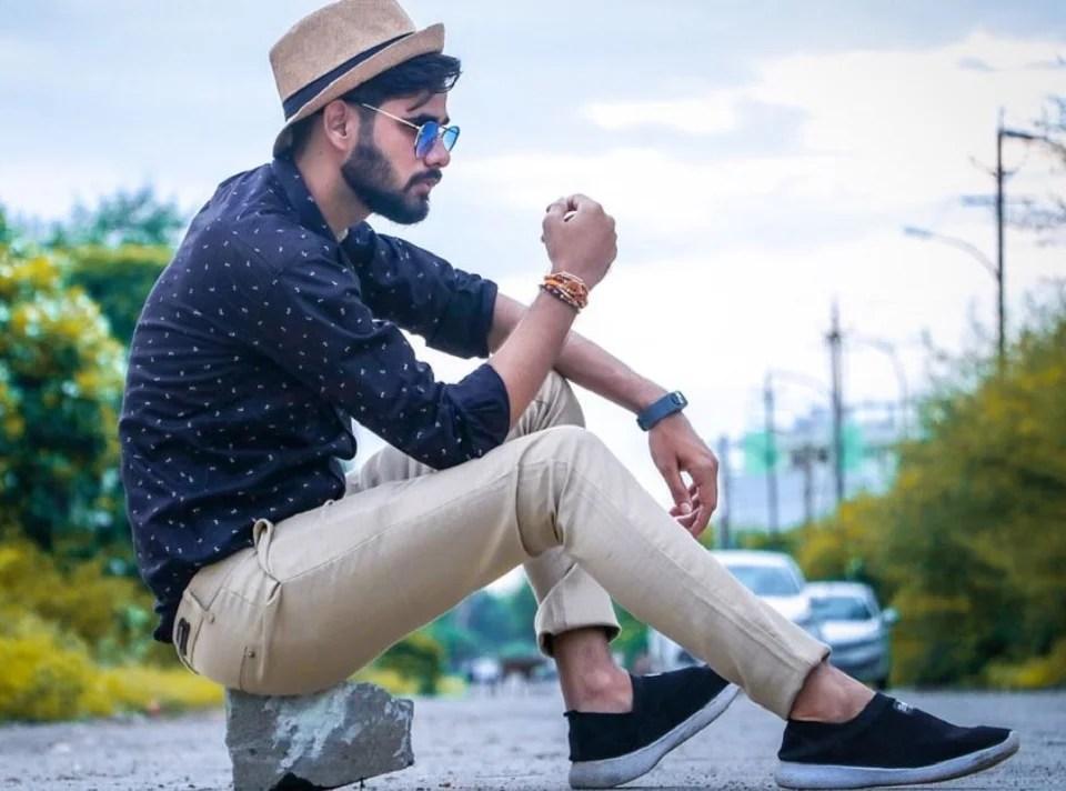 Pantalon beige homme : quand le chino sable épouse le bleu marine