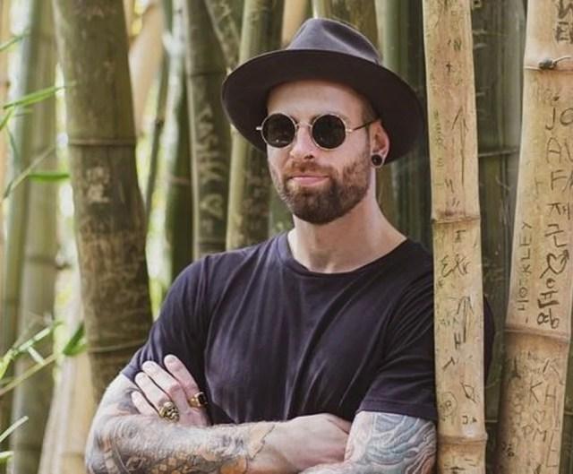 Homme stylé en lunettes solaires John Lennonchapea