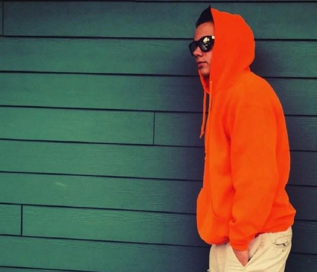 Porter le hoodie orange, vêtement homme décontracté et cool