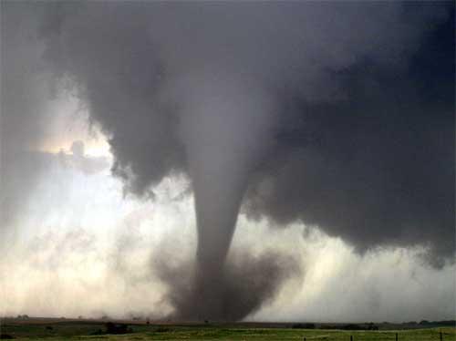 Resultado de imagen para imagenes lluvia de cosas tornado