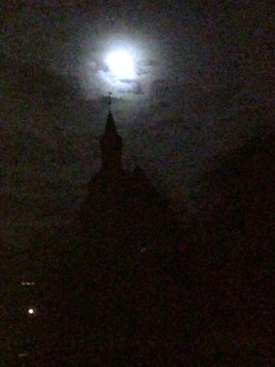 Die Kirche in Loxstedt bei aufkommendem Hochnebel !