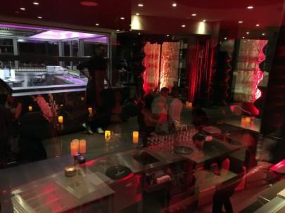 Aus dem Restaurant kann man direkt in die Piano-Bar schauen. Es spiegelt sich die Küche. ©HerrundFrauBayer