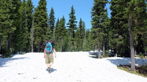 Schwer zu erkennen, aber die Höhe des Schnees sieht man rechts im Bild bei den Bäumen, leider nicht wanderbar. ©HerrundFrauBayer