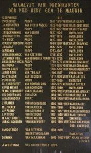 Namenlijst met predikanten die in onze kerk hangt