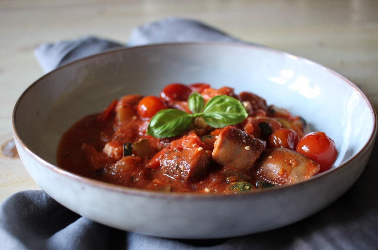 Zucchini-Bratwurst-Pfanne mit Tomatensoße und Schafskäse