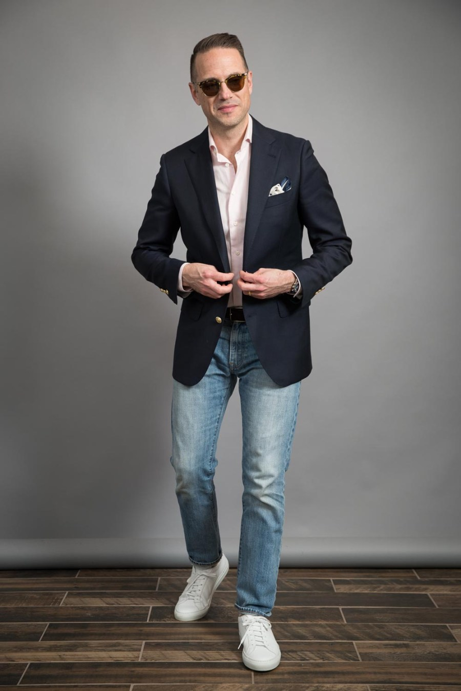 como-usar-um-blazer-marinho-casual-masculino-e-jeans-look-for-spring-pink-shirt-white-white