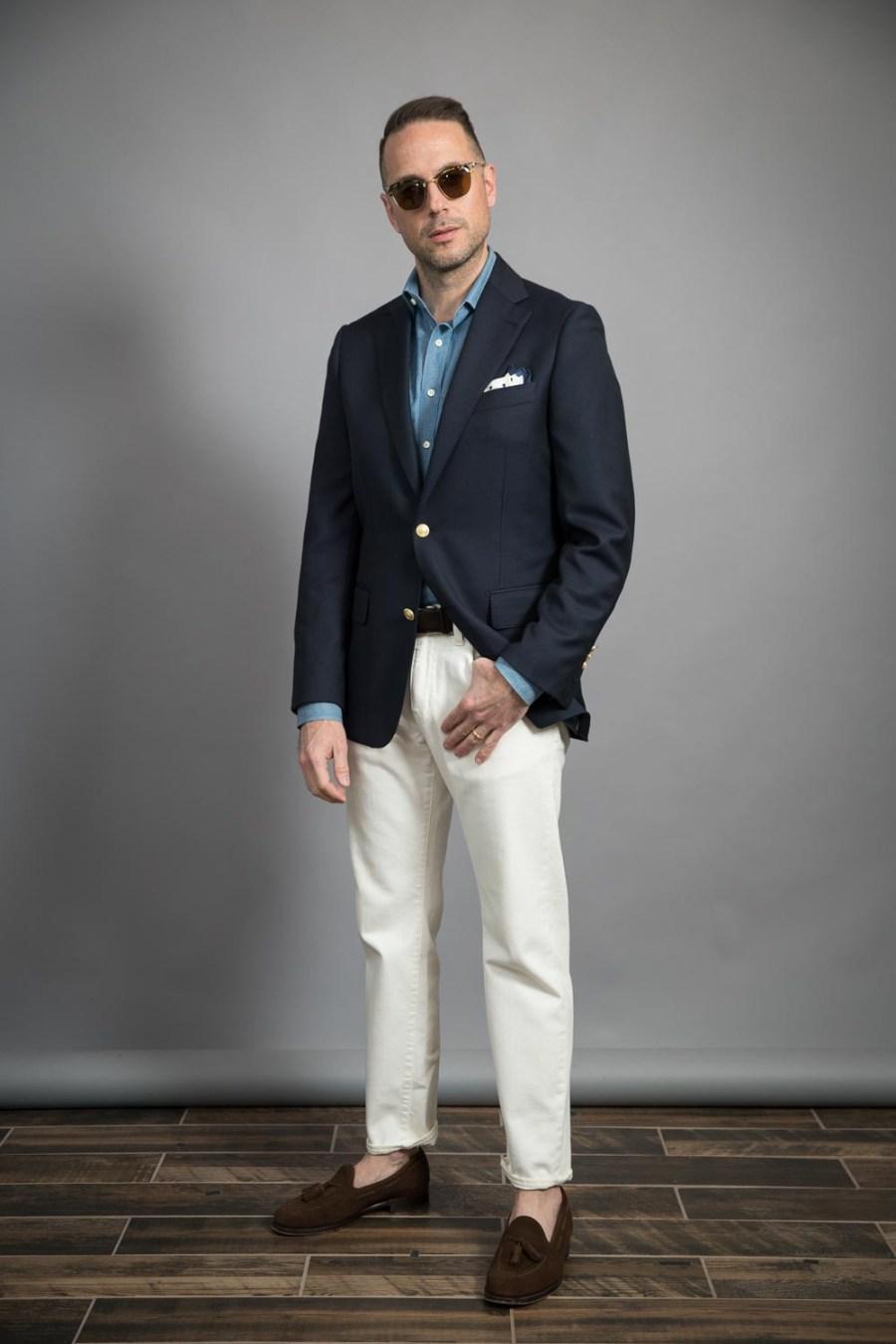 blazer-marinho-clássico-e-jeans-branco-ideias-roupas-para-homens-primavera-2021